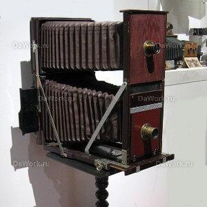 Антикварная двухобъективная фотокамера с меховыми объективами для фотопластин