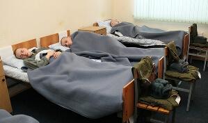 Отбой. Солдаты спят в койках