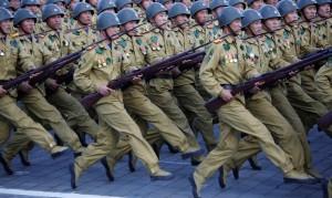 Солдаты маршируют в парадном строю