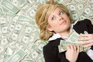 Девушка лежит с долларами